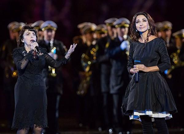 """Зара и Мирей Матье исполнили дуэтом у стен Кремля классику французского шансона """"Под небом Парижа"""""""