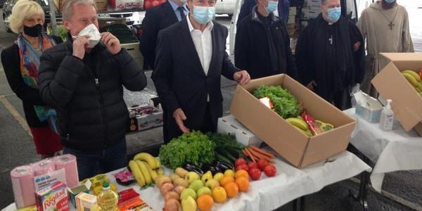 La ville de Nice distribue des paniers d'urgences pour les seniors mis en difficulté par la crise
