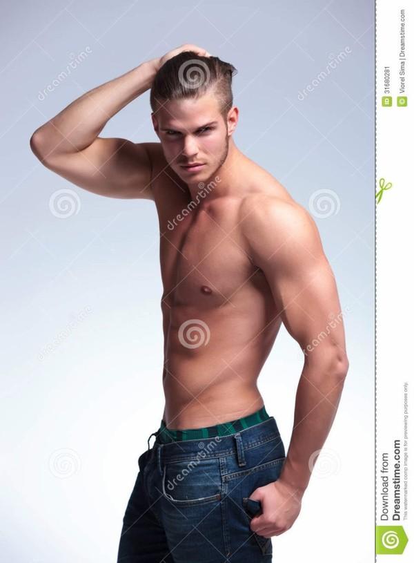 Vue de côté d'un jeune homme de torse nu