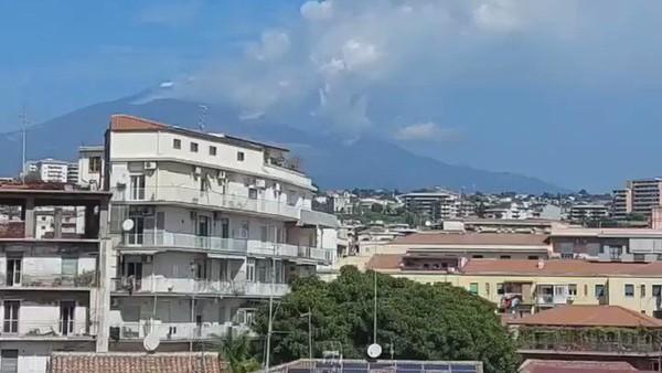 Italie : éruption de l'Etna, un nuage de cendres de 9.000 mètres au sommet du volcan