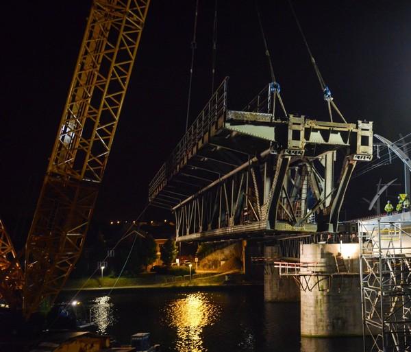 240 tonnes d'acier en apesanteur au-dessus de la Meuse (photos)