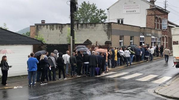 Vottem: une foule recueillie venue pour Cyril