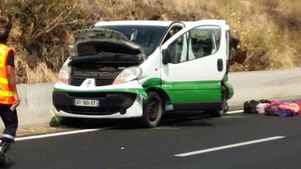 """Une passagère raconte: """"Le mini-bus a heurté violemment le muret central"""""""