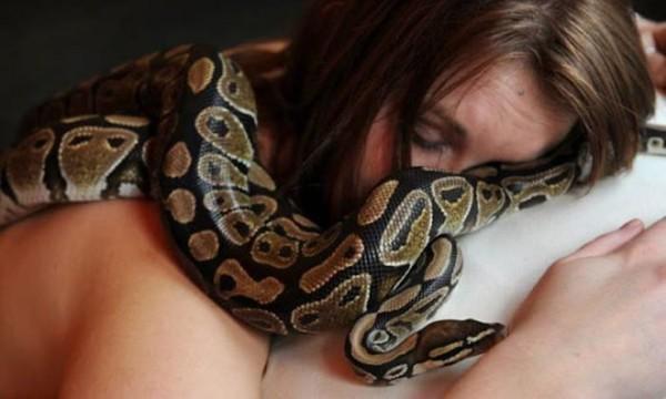 Une Femme Dormait Toutes Les Nuits Avec Son Serpent Jusqu'à Ce Que Son Vétérinaire Lui Dise Ceci.