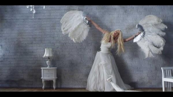 """Jelena Karleuša interprète le célèbre hymne de Gloria Gaynor :""""Preživeću"""" - Encyclopædia of Gay and Lesbian Popular Culture"""