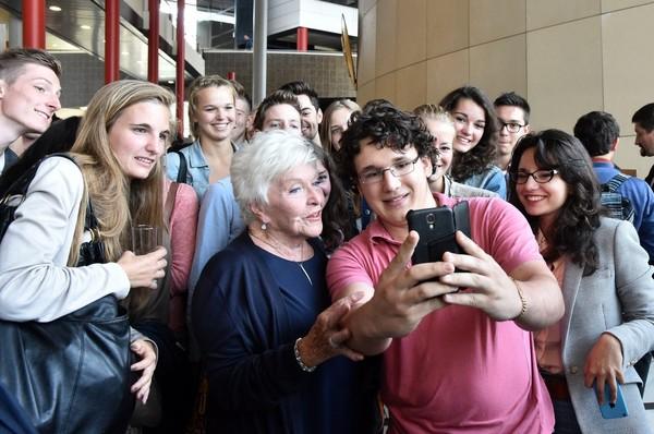 Fac de médecine de Lille: Line Renaud comble le fossé générationnel en deux coups de cuiller à pot