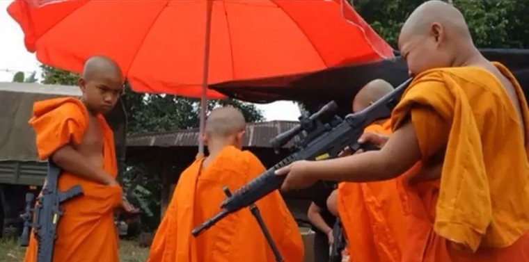 En Birmanie, les extrémistes bouddhistes massacrent la minorité musulmane Rohingya.