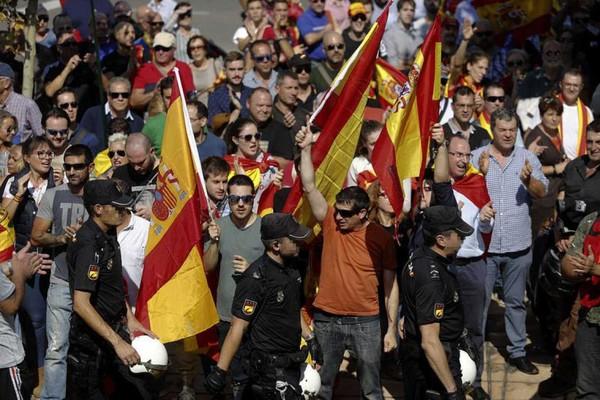 400 cargos públicos de la oposición, sitiados por fascistas y neonazis enZaragoza