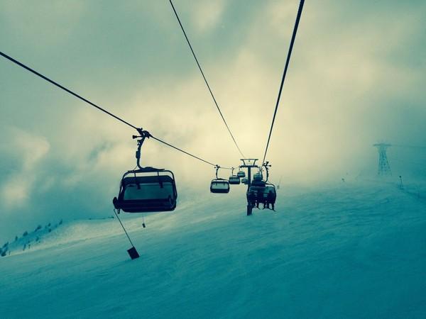 Face au réchauffement climatique, l'industrie du ski en « tout schuss » vers le précipice
