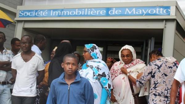 """Le collectif """" BASSI IVO """" """" CA SUFFIT """" en colère contre le non renouvellement du contrat de Mahamoud AZIHARY à la tête de la SIM - mayotte 1ère"""