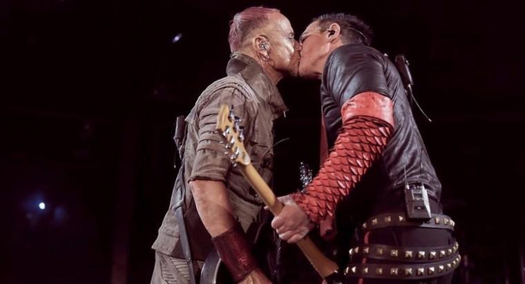 Des membres de Rammstein s'embrassent pour protester contre l'homophobie en Russie - Last Night in Orient