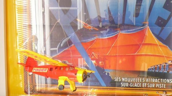Il s'agit de l'avion publicitaire PINDER survolant la cavalcade de ...