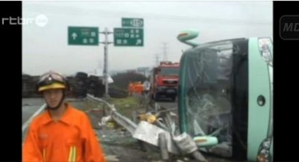 Chine : images impressionnantes d'un accident de car - RTBF Monde