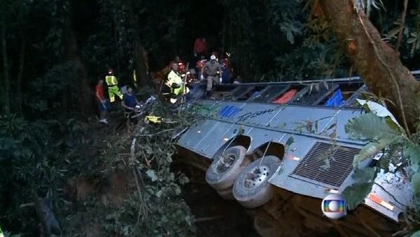 Brésil: un autocar tombe dans un précipice, 49 morts