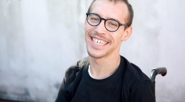 """Thomas : """"Quand je sens qu'un mec arrive à dépasser mon handicap, ça me rend heureux"""" - TÊTU"""