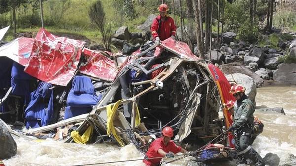Un autocar a chuté d'une autoroute des Andes et est tombé dans une rivière, faisant au moins 27victimes, ont annoncé les responsables d'un service de police du Pérou.