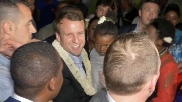 Collier de fleurs au cou, Macron accueilli en musique à Mayotte