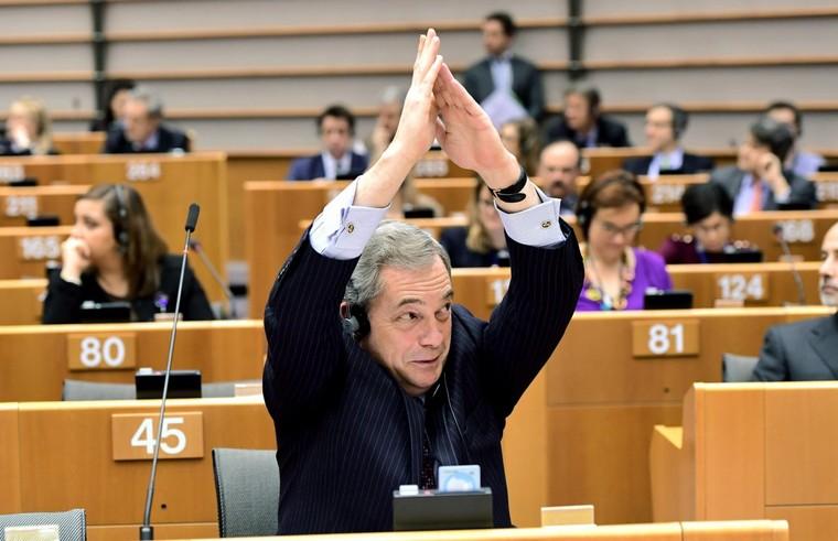 «J'ai l'impression d'assister à la réunion d'une secte» : Farage incendie le parlement sur le CETA