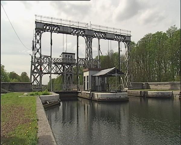Centre : trois ascenseurs à bateau fermés à la navigation