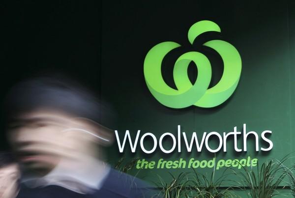 Les critiques se multiplient contre les supermarchés Woolworths, accusés de «racisme inversé»