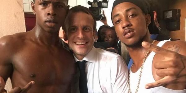 Dans les coulisses de la photo polémique de Macron avec un jeune faisant un doigt d'honneur