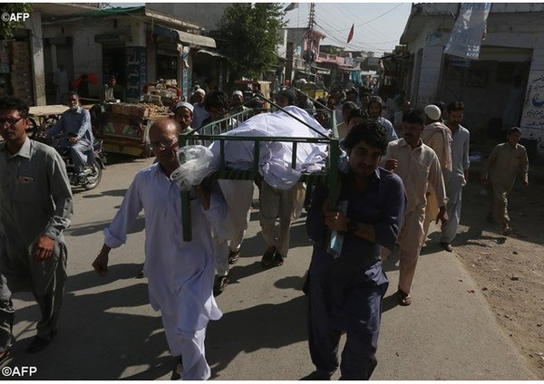 Huit Pakistanais ont été inculpés samedi 15 avril 2017 pour le meurtre et le lynchage d'un jeune étudiant accusé de blasphème trois jours plus t&ocir...