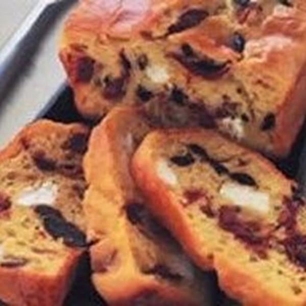 Cake au chèvre, olives noires et tomates mi-séchées