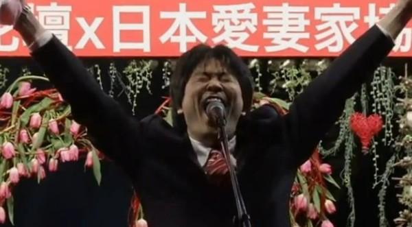 Au Japon, des hommes hurlent leur amour pour leur femme