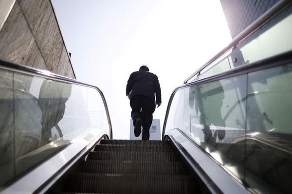 Pourquoi marcher sur un escalateur en panne donne le tournis