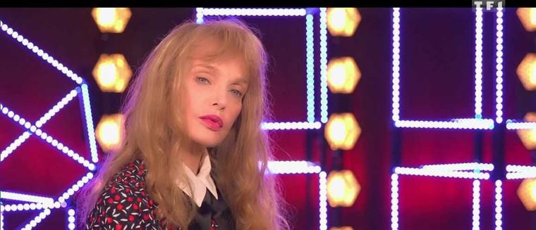 """Arielle Dombasle sur sa relation avec BHL : """"La vie amoureuse ce n'est pas un long fleuve tranquille"""" (VIDEO) - actu - Télé 2 semaines"""