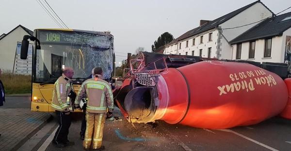 Impressionnant crash entre un bus TEC et une bétonneuse ce matin ! Chaussée fermée !