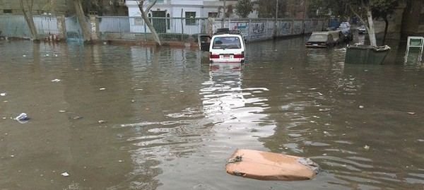بالصور.. غرق شارع بعين شمس في المجاري بعد «سقوط عجوز في بلاعة» - شارك المصرى اليوم