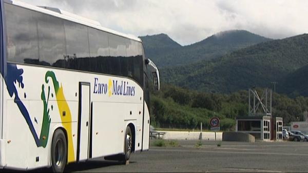 Un autobus marocain et ses passagers en halte forcée au Perthus - France 3 Languedoc-Roussillon