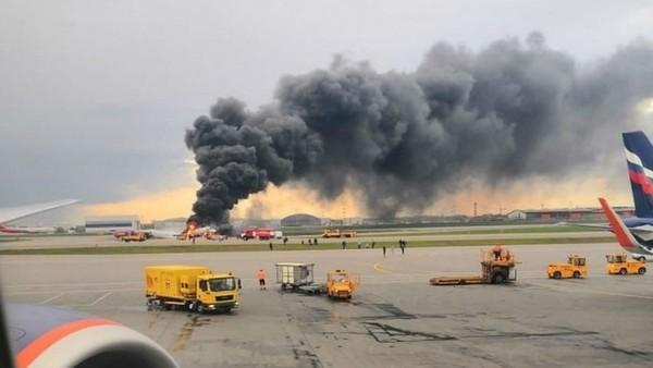 En Russie, plus de 40 morts dans l'atterrissage d'urgence d'un avion en feu