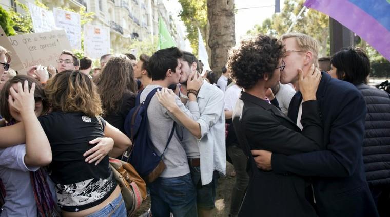 Un maire italien veut mettre les baisers homosexuels à l'amende