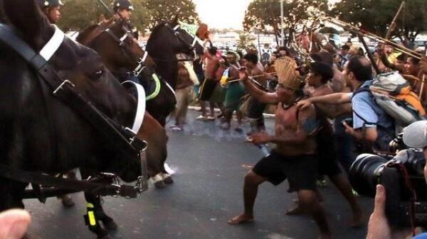 Brésil : la police charge une manifestation anti-Mondial d'Indiens et de travailleurs