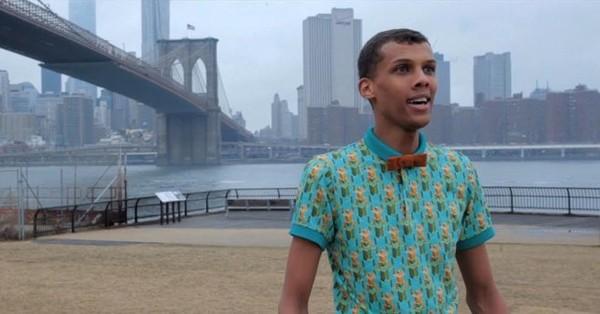 Stromae dans les rues de New York expliquant aux américains comment il a conçu, étape par étape, « Papaoutai ». - Last night in Orient