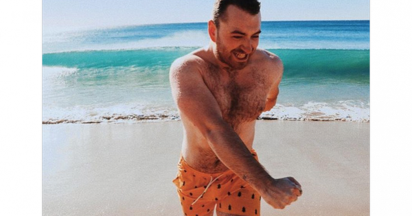 Sam Smith : Torse nu et poilu avant Noël, le chanteur partage son angoisse | Pureactu.com