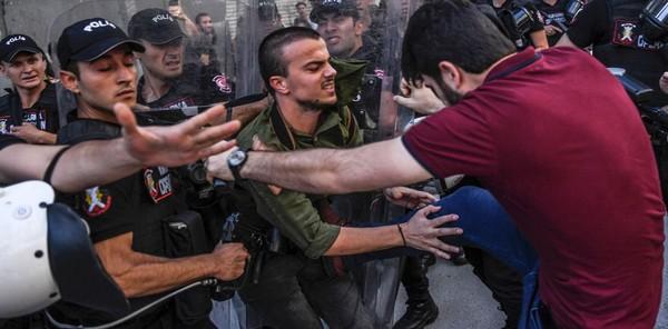 Policía de Turquía dispara balas de goma contra marcha del orgullo gay en Estambul
