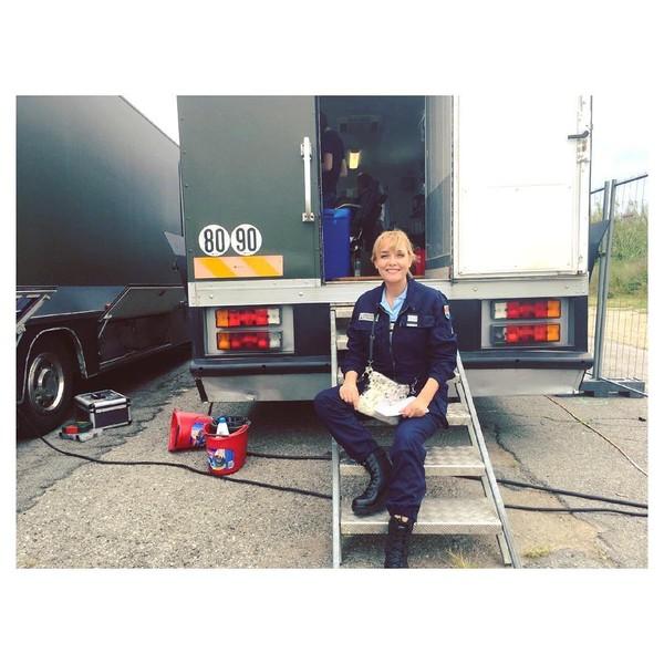 """Elise Tielrooy Officiel on Instagram: """"Et c'est reparti pour Ariel Grimaud...!👩🏼🔬🎬💥 @section_de_recherches @tf1 #backstage #sectionderecherches #acting #shooting #actress…"""""""