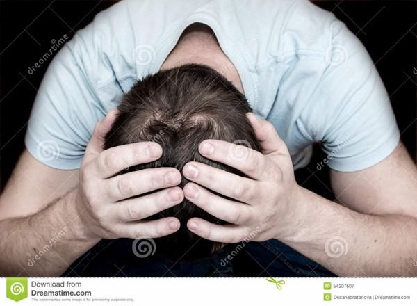 Homme pleurant déprimé