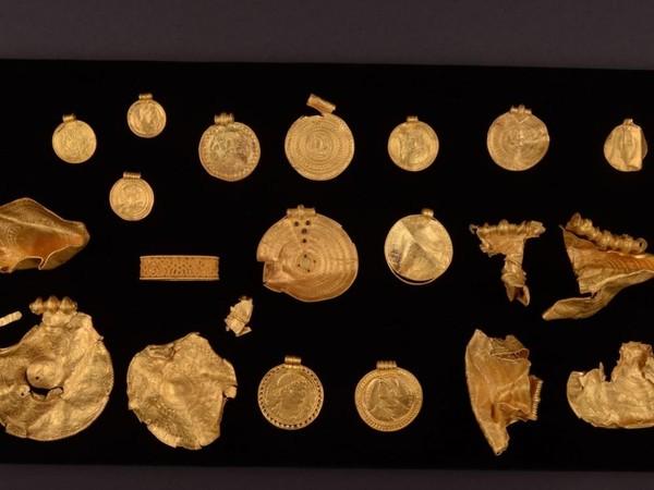 Des médaillons en or ornés d'inscriptions runiques inconnues - Sciences et Avenir