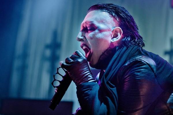 Marilyn Manson agressé à l'eau bénite en Russie (Vidéo)