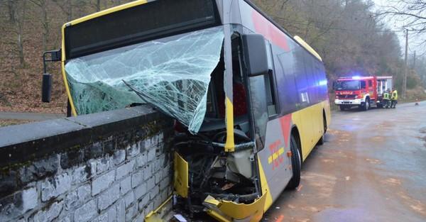 Burg-Reuland: impressionnant accident d'un bus scolaire qui transportait des enfants à l'école