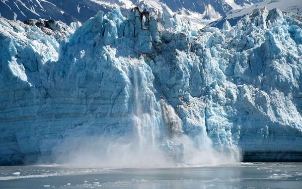 Une impressionnante chute d'iceberg de la taille de Manhattan