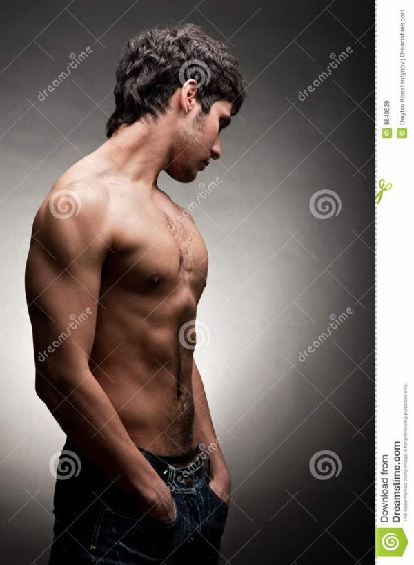 Homme adulte avec le torse nu