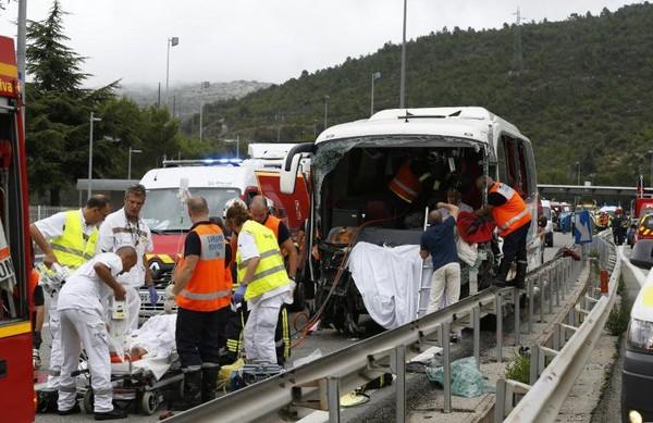 Spectaculaire accident sur l'A8: un mort et 25 blessés