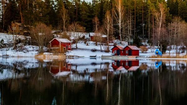En Suède, un bateau-bibliothèque approvisionne en livres les habitants des îles de l'archipel de Stockholm avant l'hiver