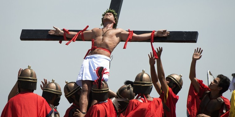 Vendredi Saint aux Philippines: un cinéaste danois participe aux traditionnelles crucifixions (PHOTOS)