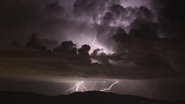 Alerte jaune aux orages: le risque d'averses violentes diminue, de nombreux dégâts constatés (vidéo)